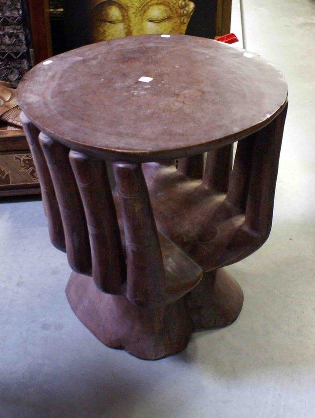 Table basse en bois en forme de main - Chaise en forme de main ...